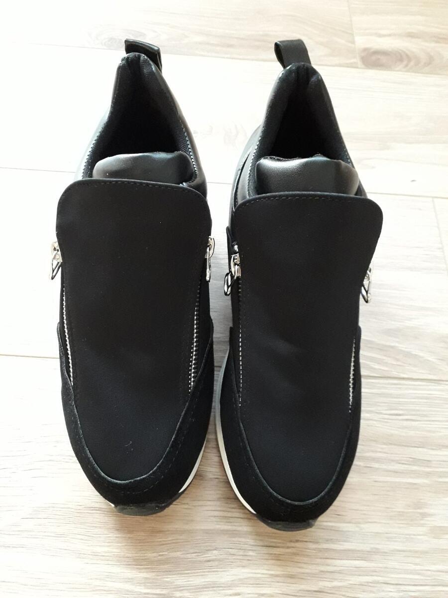 Dobre su cipele (Obrázek k recenzi)