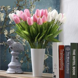 Kytice umělých tulipánů v mnoha barvách