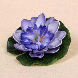 A mesterséges liliom virág a tóban