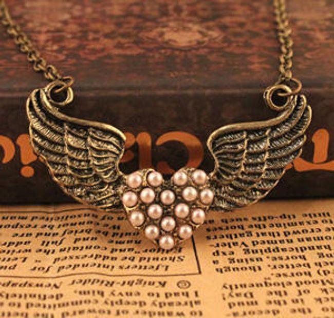 Vintage náhrdelník s motivem okřídleného srdce zdobený perličkami 1