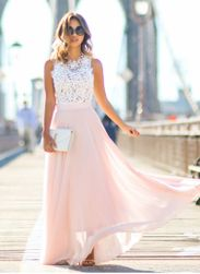 Długa sukienka z koronkowym topem i różową spódnicą