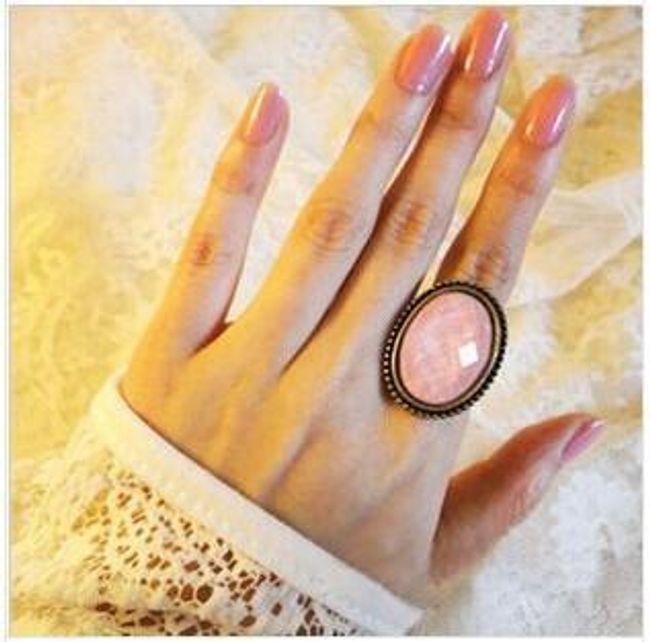 Nowoczesny pierścionek z wielkim różowym kamykiem 1