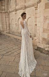 Svatební šaty s dlouhou vlečkou