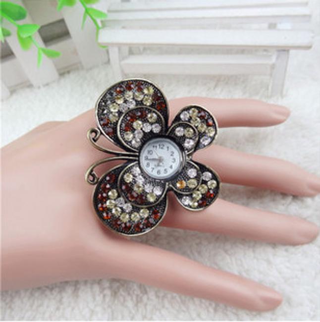 Pierścionkowy zegarek z motylem i kamyczkami 1