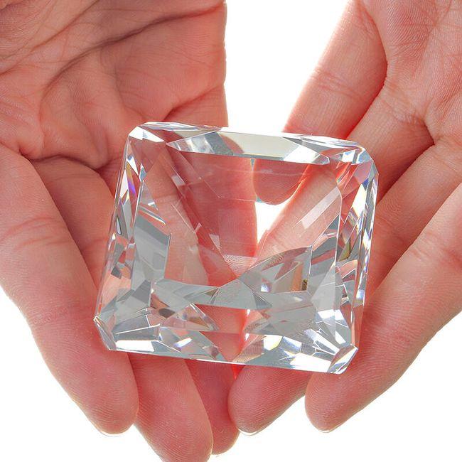 Skleněné těžítko ve tvaru diamantu 1