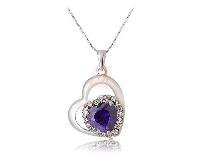 Náhrdelník ve tvaru srdce zdobený fialovým kamínkem 1