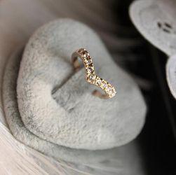 V-образное кольцо золотого цвета