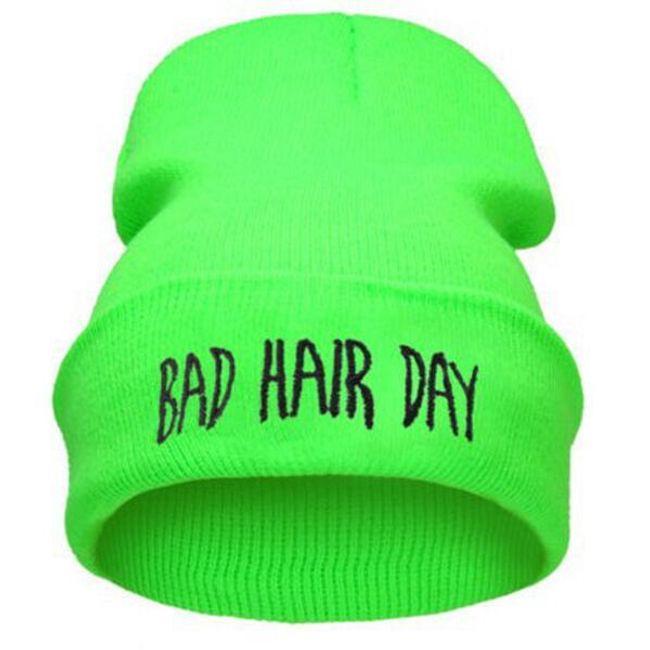 """Téli sapka vicces felirattal: """"Bad Hair Day""""."""