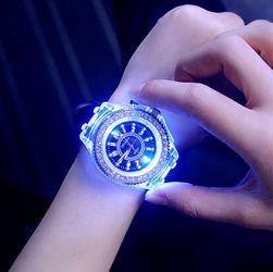 Ženska ura z LED osvetlitvijo