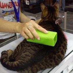 Силиконовая щетка для собак и кошек