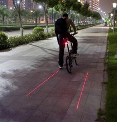 Zadnje svetlo za bicikl sa laserskim linijama za bolju vidljivost