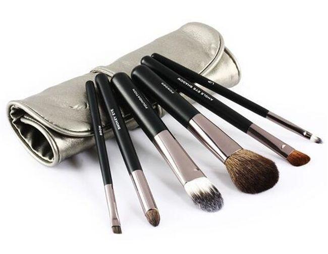 Komplet pędzli kosmetycznych w srebrnym etui 1