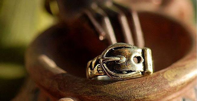Pierścionek z motywem spony - kolor brązowy 1