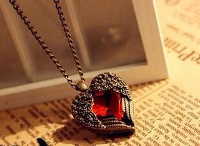Naszyjnik z wisiorkiem w kształcie serca ozdobiony czerwonym kamieniem 1