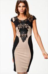 Elegáns csipkével díszített ruha
