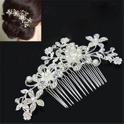 Gyönyörű dekoratív fésű a hajhoz