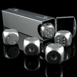 Metalowe kości do gry z pudełkiem