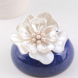 Broš u obliku belog cveta