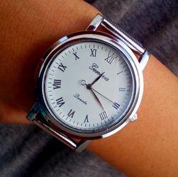 Красив дамски часовник в сребро