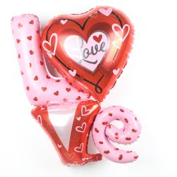 Надуваеми балони с думата LOVE
