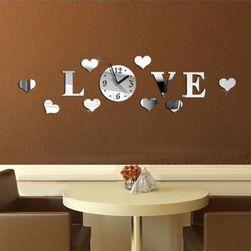 Nástěnné hodiny v nápisu LOVE
