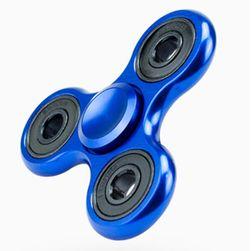 Potrójny fidget spinner w niebieskim kolorze