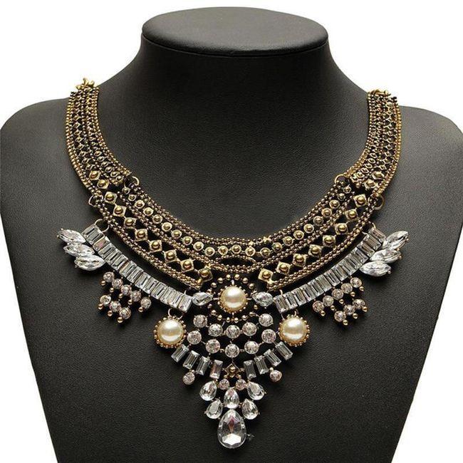 Výrazný náhrdelník s množstvím ozdob 1