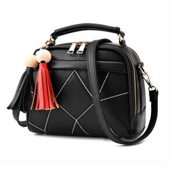 Női mini táska dekoratív bojtókkal