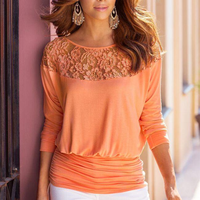 Женская блузка с кружевным декольте 1