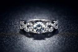 Ženski prsten sa preprletenim kamenčićima