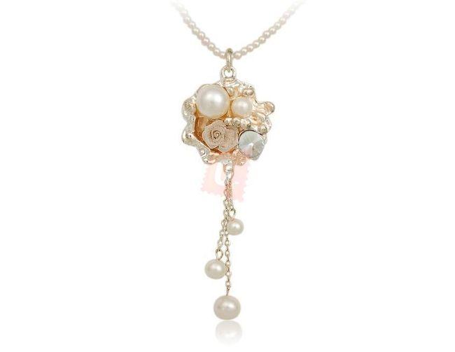 Perlový náhrdelník s květinovým přívěškem 1
