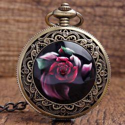 Hagyma zsebóra egy piros rózsa