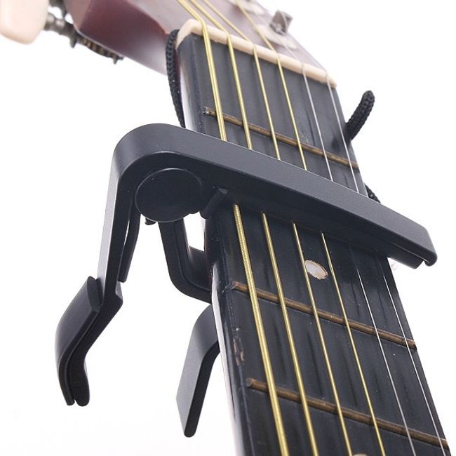 Czarny kapodastr na akustyczną i elektryczną gitarę 1