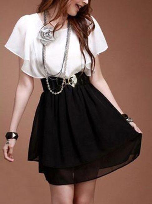 Czarno-biała sukienka z ozdobionymi rękawami i paskiem z klamrą w kształcie kwiatka 1