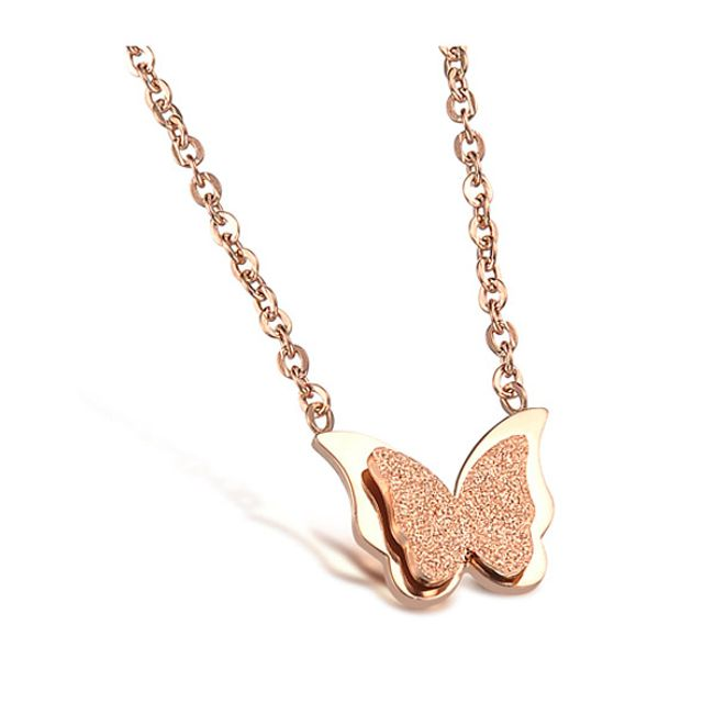 Drobny motylek na złotym łańcuszku 1