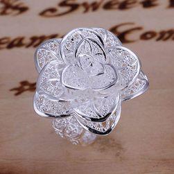 Prsten u obliku cveta sa savršenom detaljnom obradom