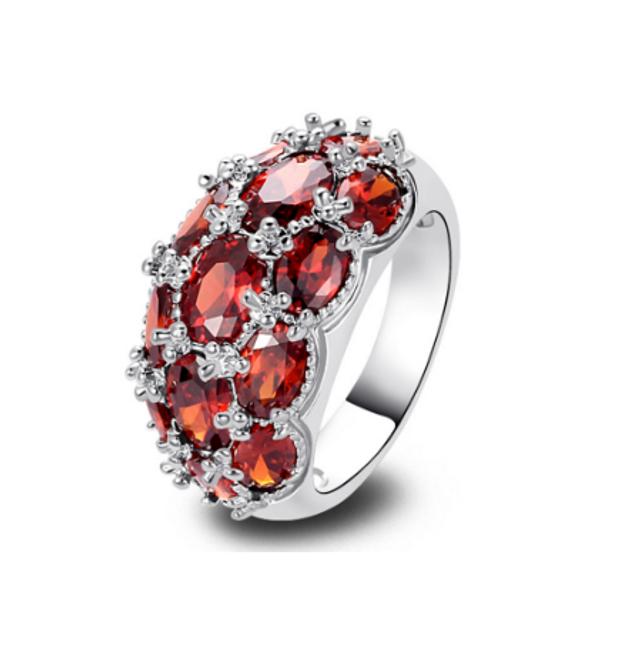Prstýnek posetý červenými kamínky 1