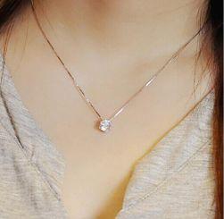 Jednoduchý řetízek s kamínkem ve stříbrné barvě