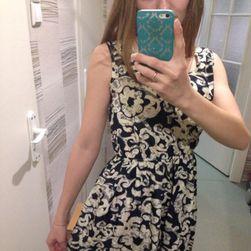 Damska sukienka z elastycznym pasem i kwiatowym nadrukiem