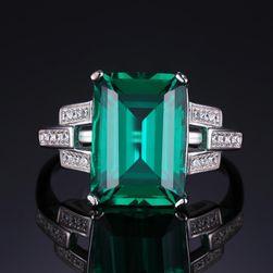 Výrazný prsten se zeleným kamenem