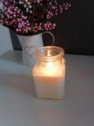 Sveča iz naravnega sojinega voska v kozarcu z lesenim stenjem IV_sojovasdrevo