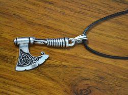 Přívěsek sekera s náhrdelníkem