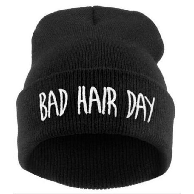 """Fes de iarnă cu inscripție amuzantă """"Bad Hair Day"""" - culoare neagră 1"""