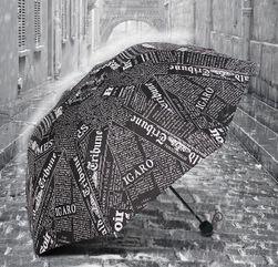 Parasolka z nadrukiem gazety