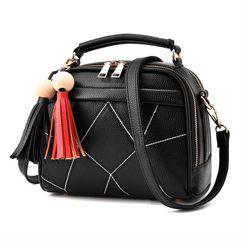 Женская сумочка с декоративными кистями