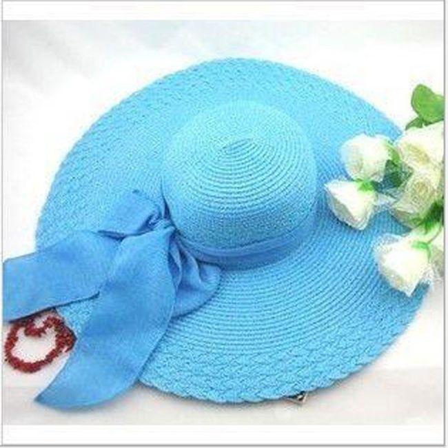 Széles kalap masnival díszítve