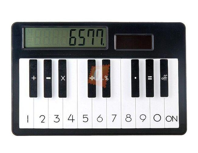 Kalkulačka s motivem piana a solárním napájením 1