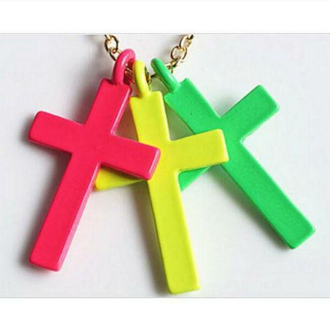Náhrdelník se třemi kříži v atraktivních barvách 1
