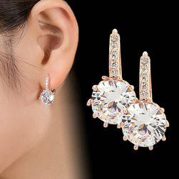 Gazdagon díszített fülbevaló áttetsző kövekkel