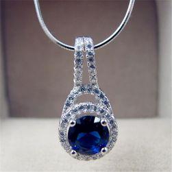 Wisiorek na naszyjnik z niebieskim kryształem